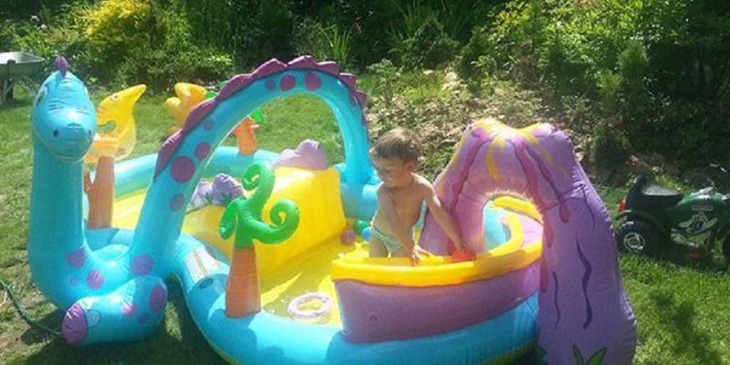 Купание в надувном бассейне на базе отдыха